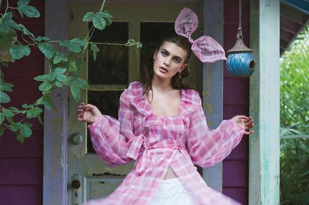 Modella con cerchietto a fiocco in rosa