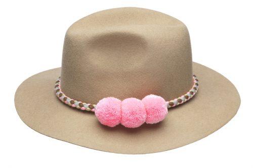 il colombiano fedora, color cammello con ponpon rosa