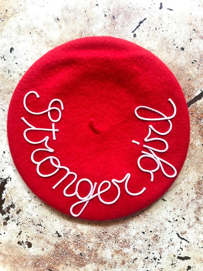 mantraberet leontine vintage rosso con scritta stronger girl