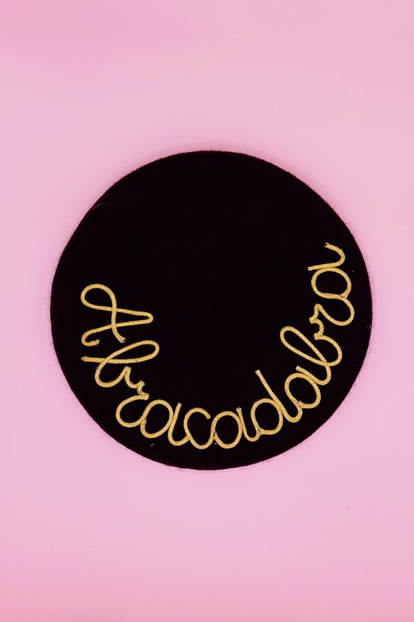 mantra basco nero con scritta abracadabra