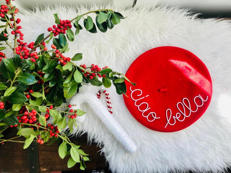 Mantra beret rosso con scritta ciao bella