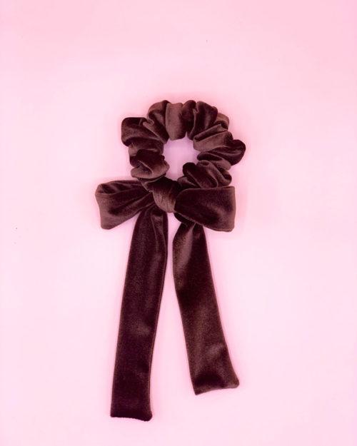 scrunchie con fiocco in velluto colore castagna