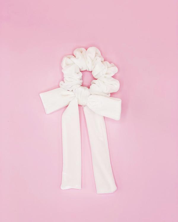 scrunchie bianco in velluto con fiocco