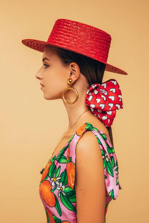 modella con cappello baciami ancora e fiocco con cuori